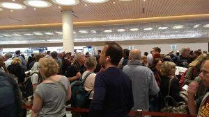 Długa kolejka na lotnisku w Mumbaju